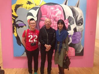 作者(左)与岳敏君(中)、摩登氧分艺术总监曹芷宁(右)在展览上的合照